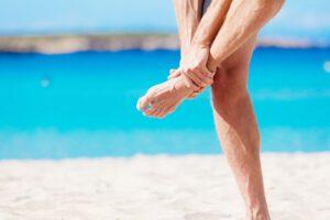 Fuß mit eingefärbter Sprunggelenksregion: Arthrose im Sprunggelenk löst Symptome wie Beweglichkeitseinschränkungen oder Schmerzen aus