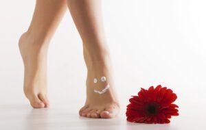 Frau knickt mit dem Fuß um: Häufige Ursache für einen Bänderriss am Sprunggelenk