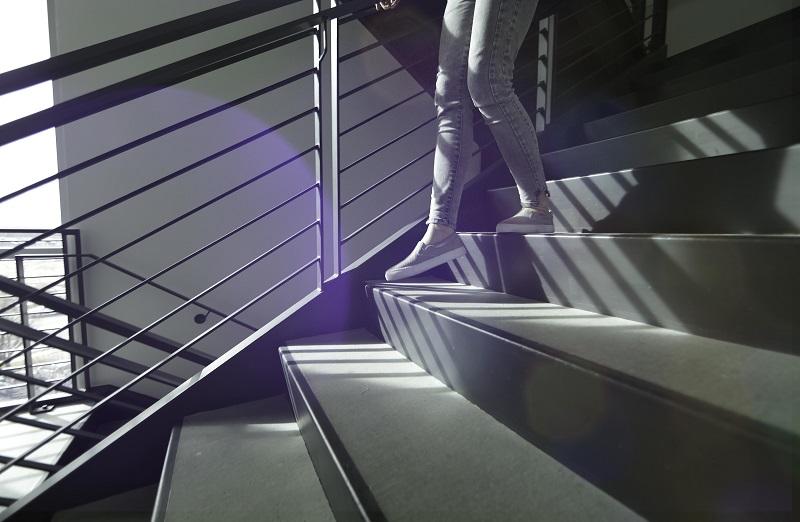 Mensch geht eine Treppe hinunter